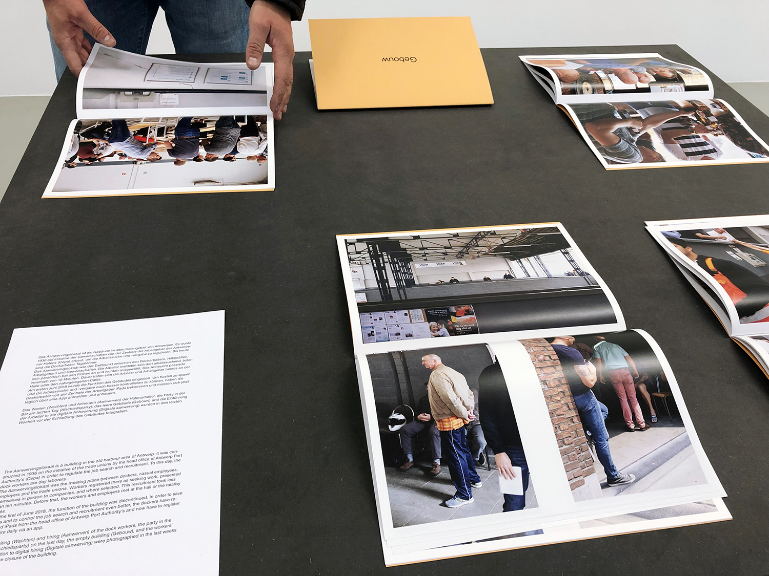 Exhibition view Tender Buttons, curated by Nadja Quante, Anna Voswinckel, Künstlerhaus Bremen 2019<br /> Aanwervingslokaal, 5 magazines and text on a table<br /> foto: Manuel Meyer
